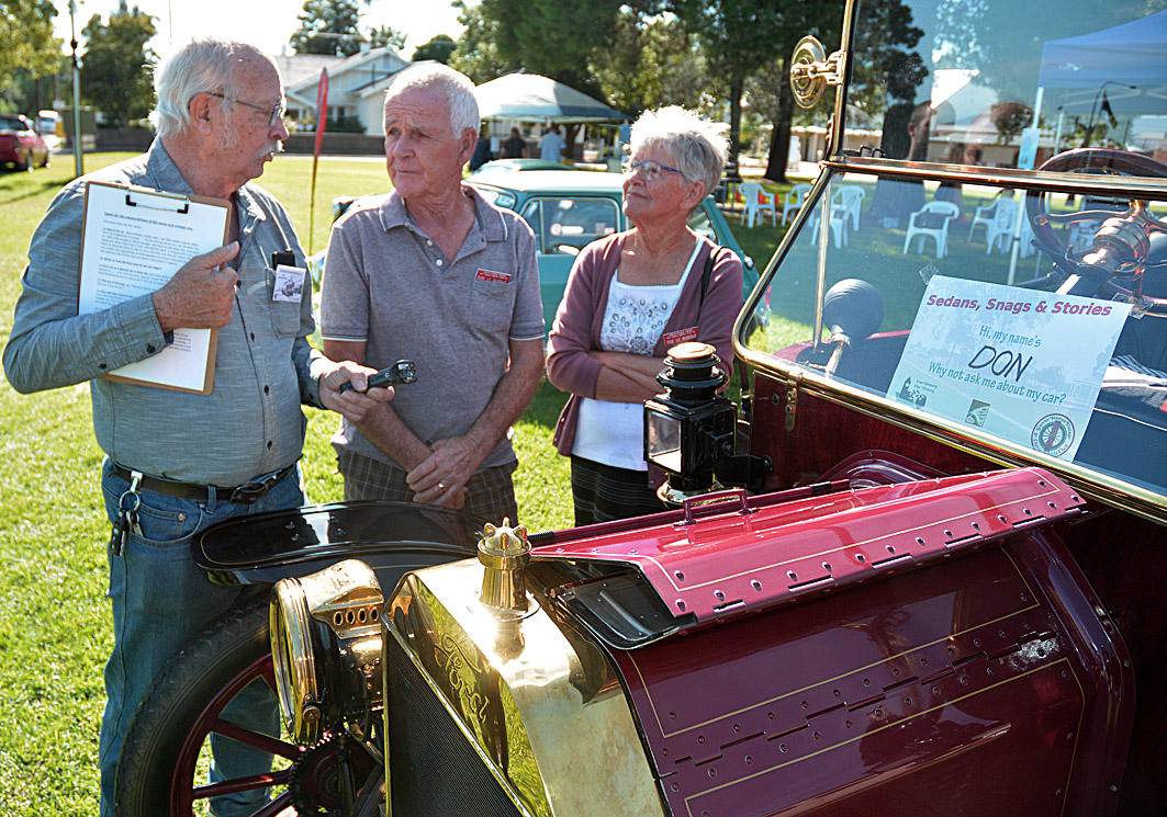 1913 T Model Ford with proud owners Don and Sue. Ian on left. ( Image by Paul Barnett )
