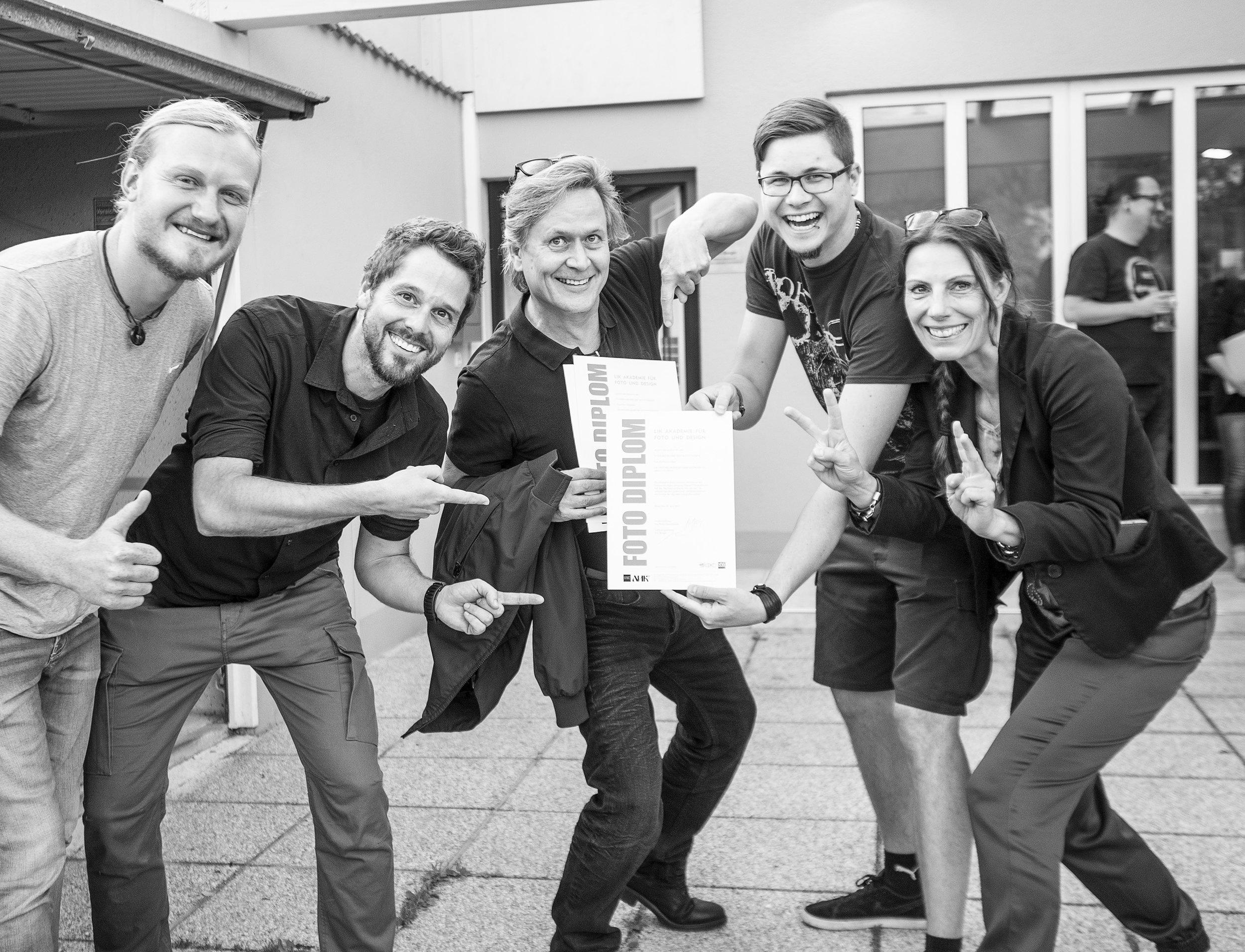 Glückliche Absolventinnen der LIK Akademie für Foto und Design in Linz!