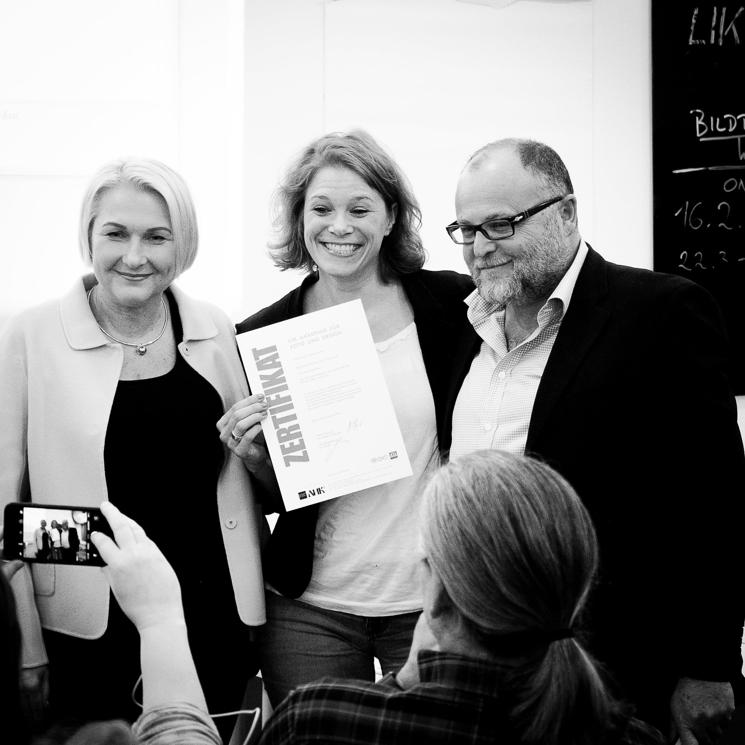 LIK Direktorin Nadja Gusenbauer (links) und Lehrgangsleiter Eric Berger (rechts) hatten das Vergnügen Diplome und Zertifikate an gut gelaunte Absolventen, wie hier im Bild, Miriam Mehlman - LIK Meisterklasse digitale Fotografie, zu überreichen.
