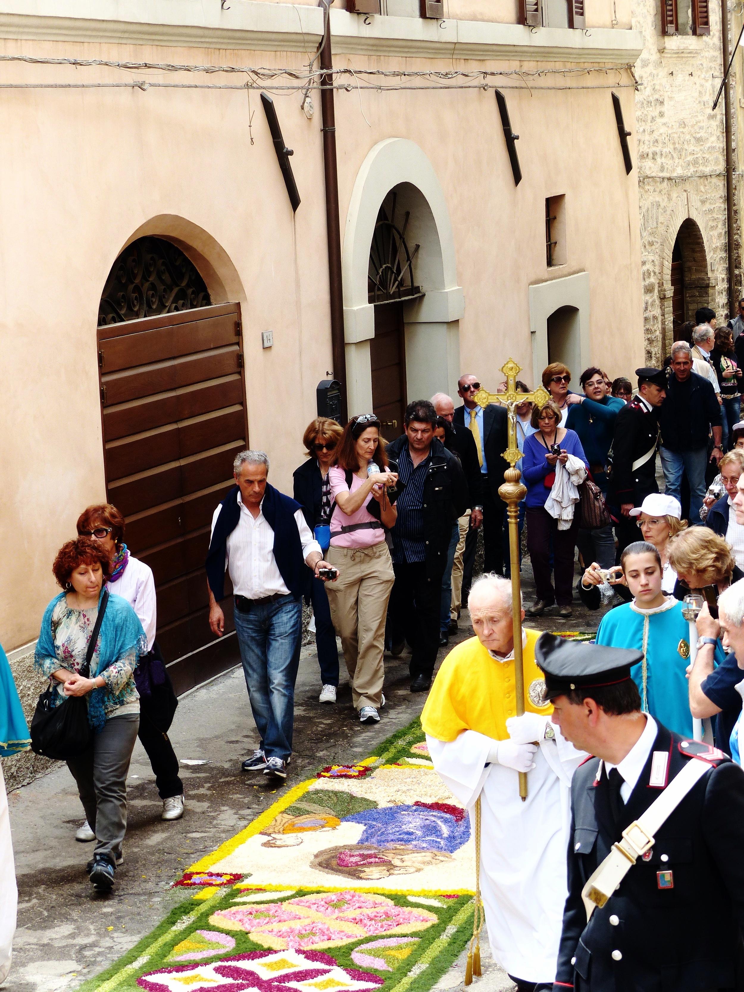 Infiorata procession begins in Spello, Umbria