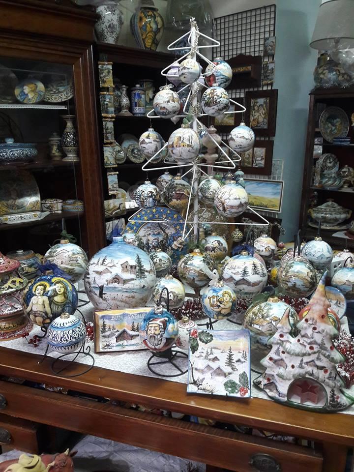 Patrizia's ceramics shop in the town of Bisenti, 15 minutes from Casa da Carmine.