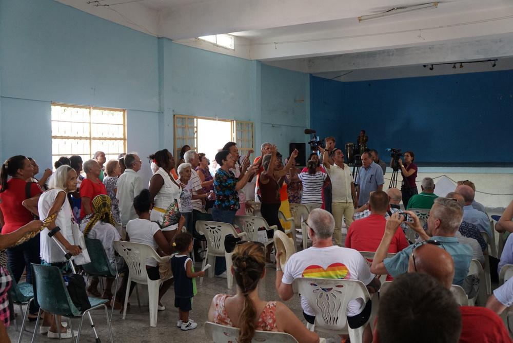 Audience sings to us