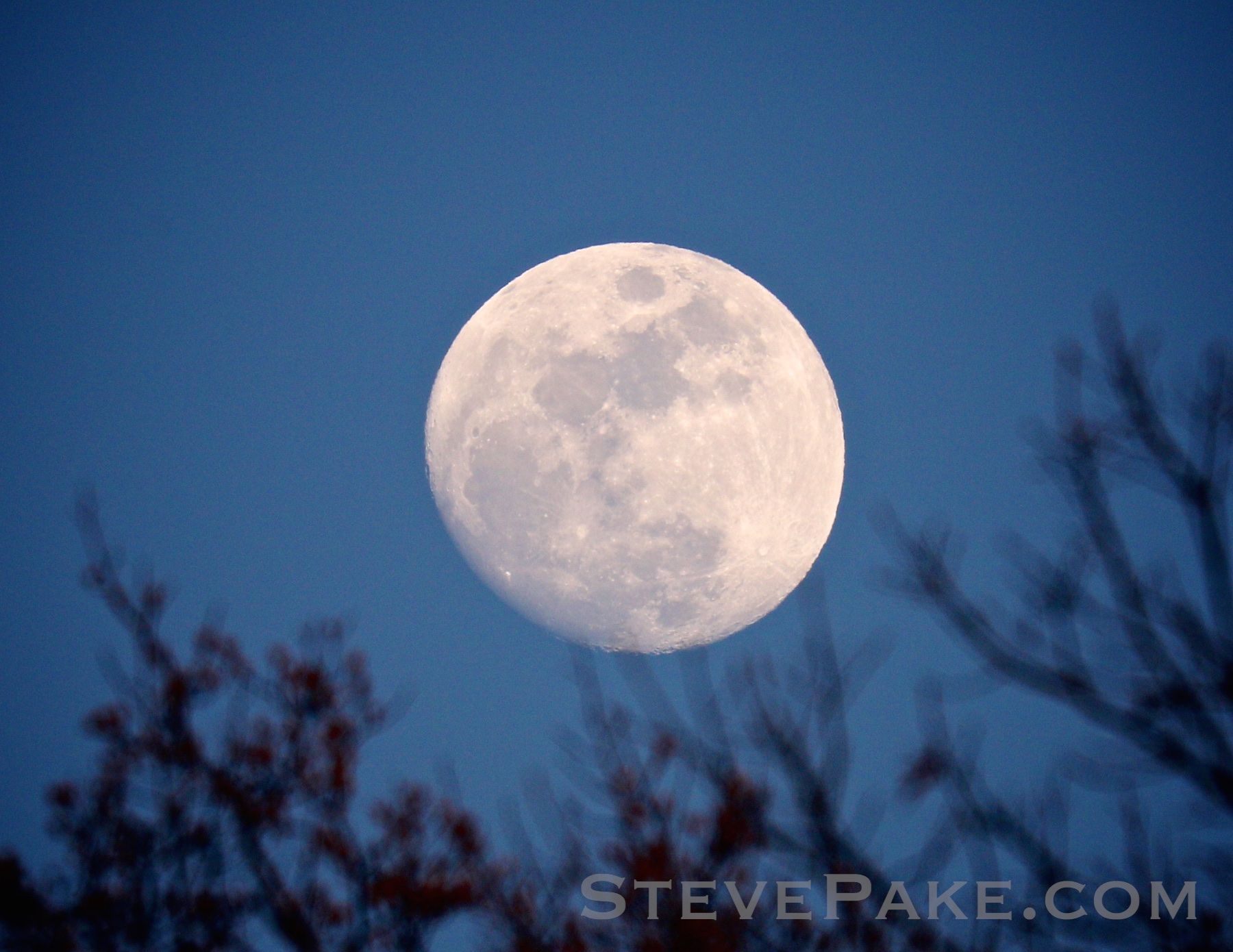 Moonrise, with a Canon 7D Mark II and a Canon 100-400mm lens.