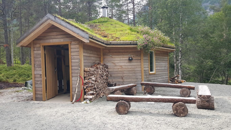 Benkar av rund og halv tømmer