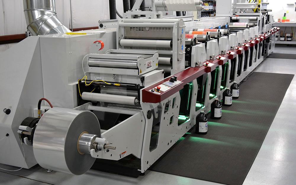 beplay官网违法吗世纪标签的马克安迪P5高清柔版印刷机能够容纳多达8个彩色工作站和175行屏幕,允许丰富的数字质量印刷。