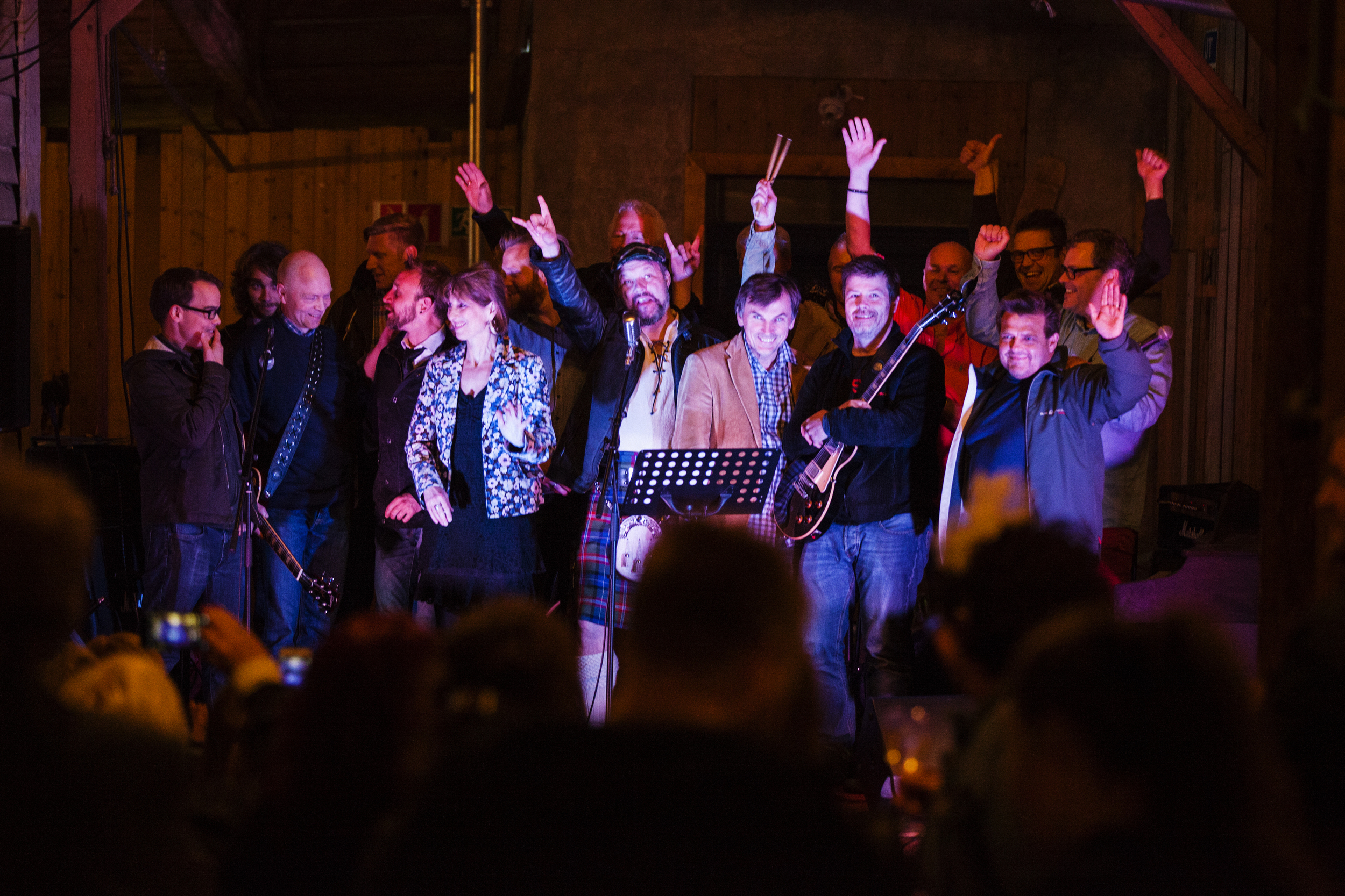 Band elever ved Feedback Studios takker publikum etter Salt Session konserten i Juni 2015