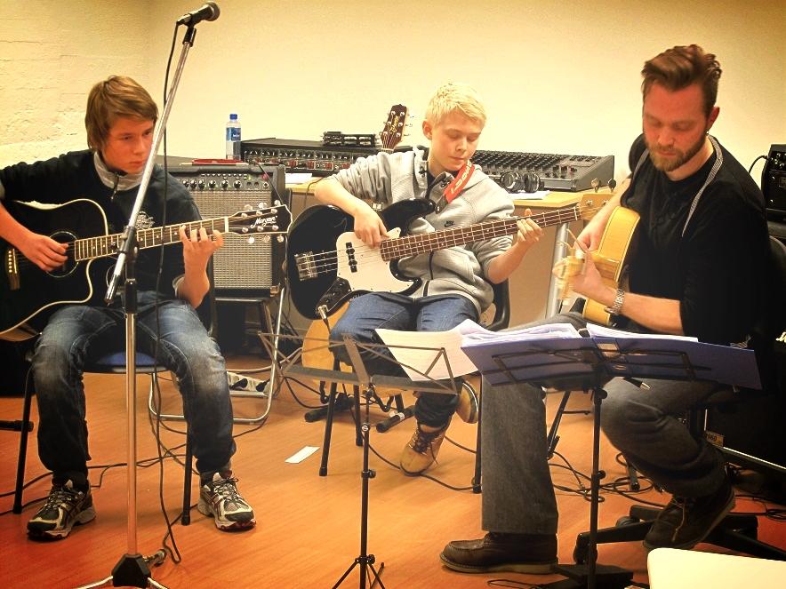 Stig Blindheim-Hansen med to elever på gitarkurs i Bergen