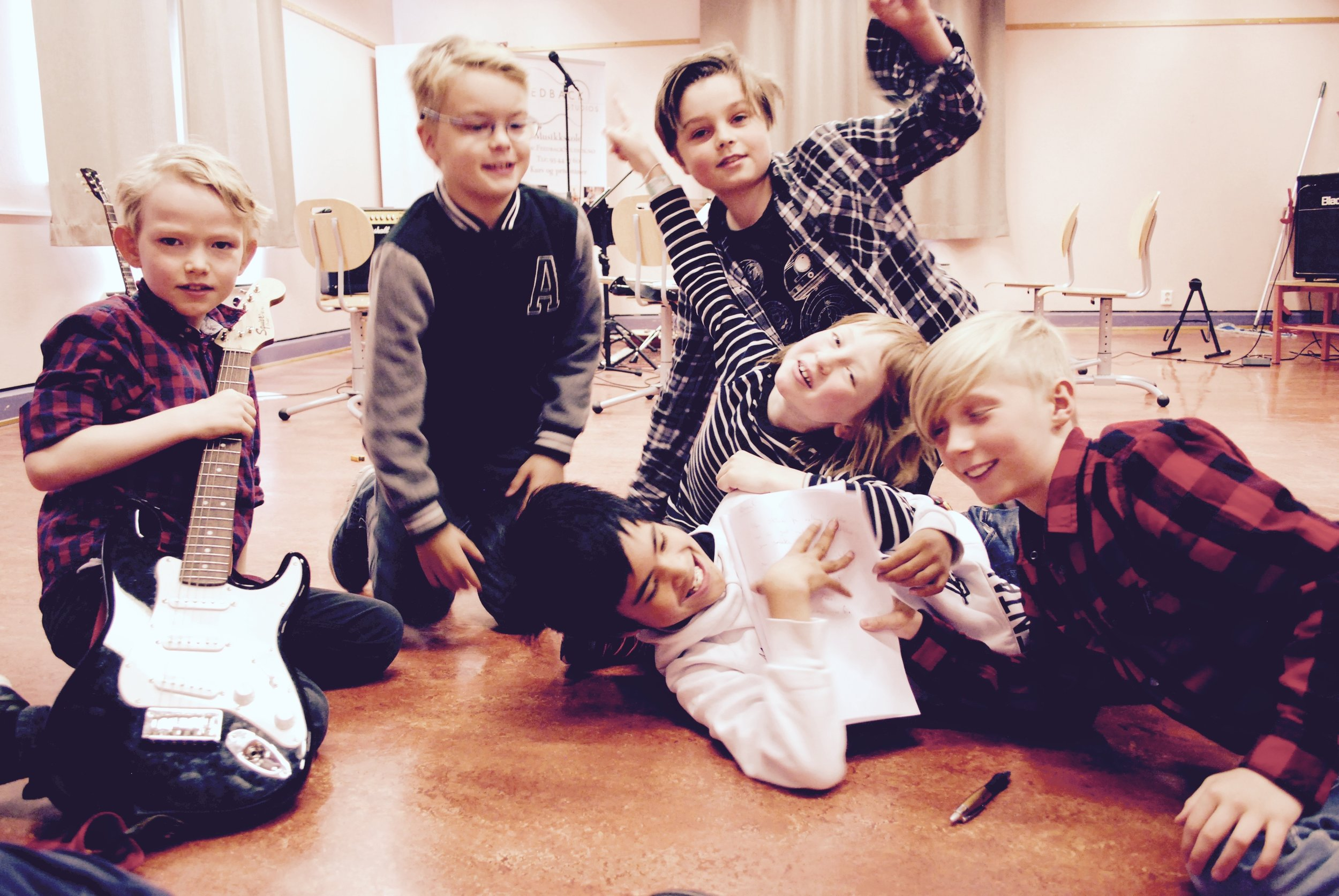 Musikk sommer! - På Feedback Studios sommerskole lærer elevene å spille sammen i forskjellige band og samspill grupper!