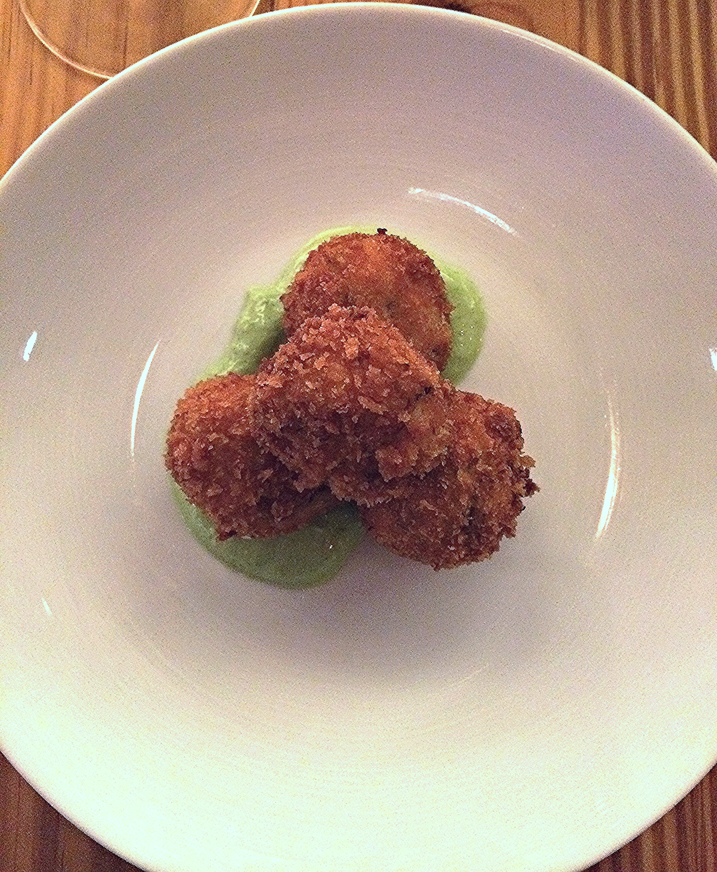 peekytoe crab cakes, avocado-herb puree