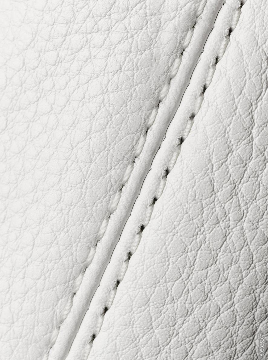 La materia - Todos los materiales que usamos cuentan con características estéticas y son elegidas por gran estándar de calidad.Si no encontramos lo que buscamos, lo creamos.Nos basamos en diferentes técnicas de estampación como serigrafías, impresiones, pintados, engomados, tintas, resinas y tanto como podemos crear para revestir nuestras siluetas.Las suelas de la casa son hechas de maderas, baquetas, gomas y evas, a mano pieza por pieza y detallados individualmente.Las aplicaciones son bordadas y patronadas en nuestro estudio.Apenas un asomo a la infinita transformación de la materia.