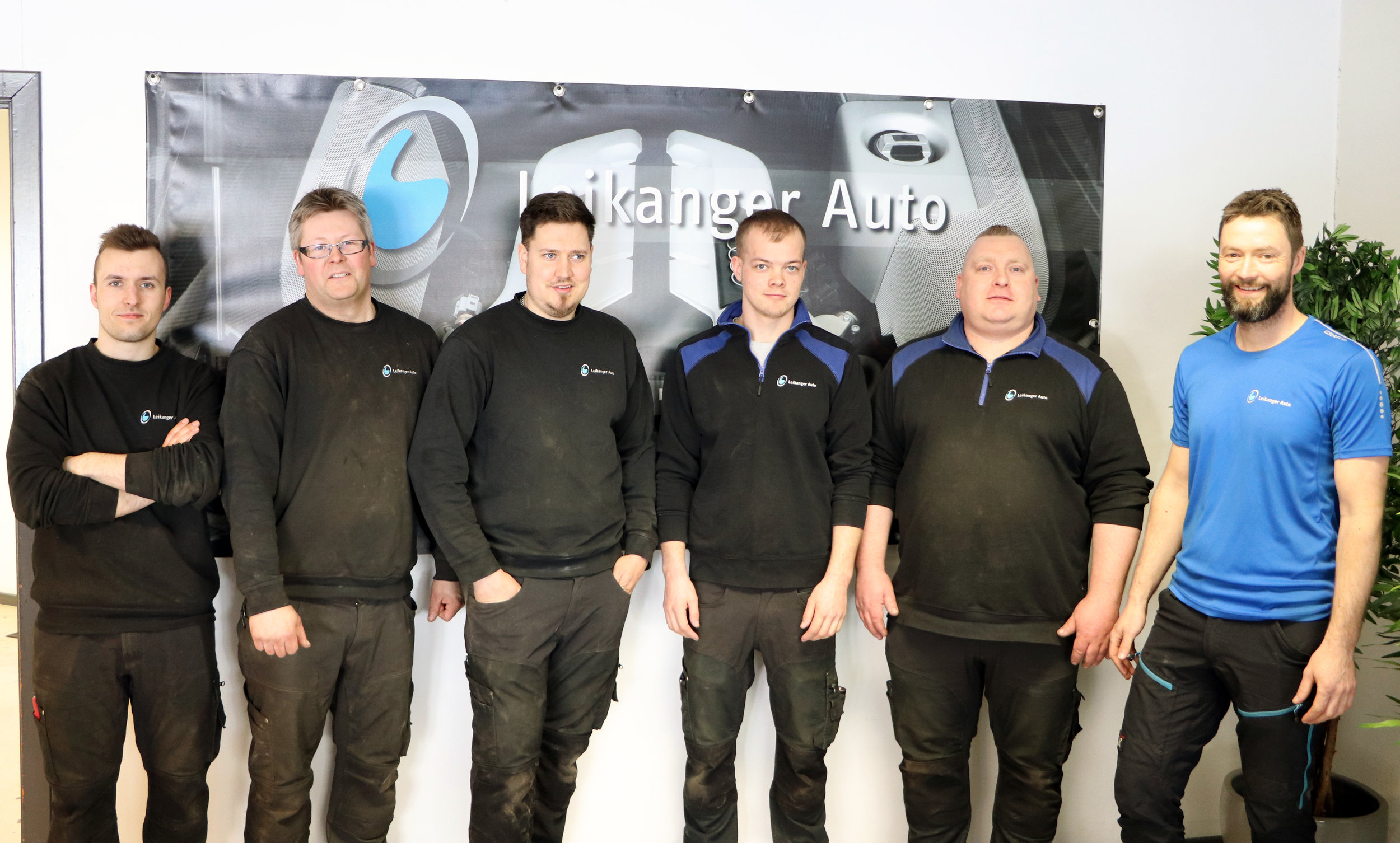 Mannsterke mekanikarar er klare til å reparera bilen din