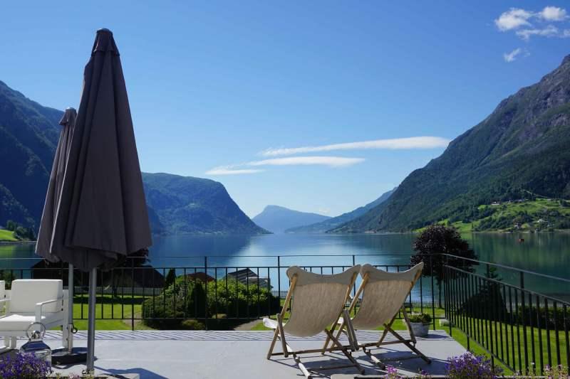 Fantastisk utsikt over Lustrafjorden frå terassen på Skjolden Hotel.  Foto: Siri Dalehaug
