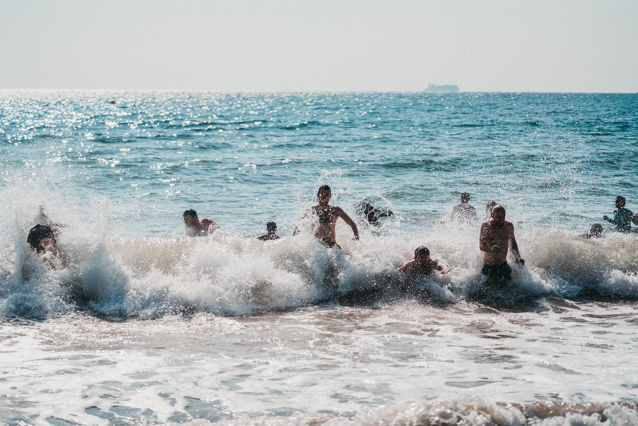 groomsmen-sea-swim-before-wedding