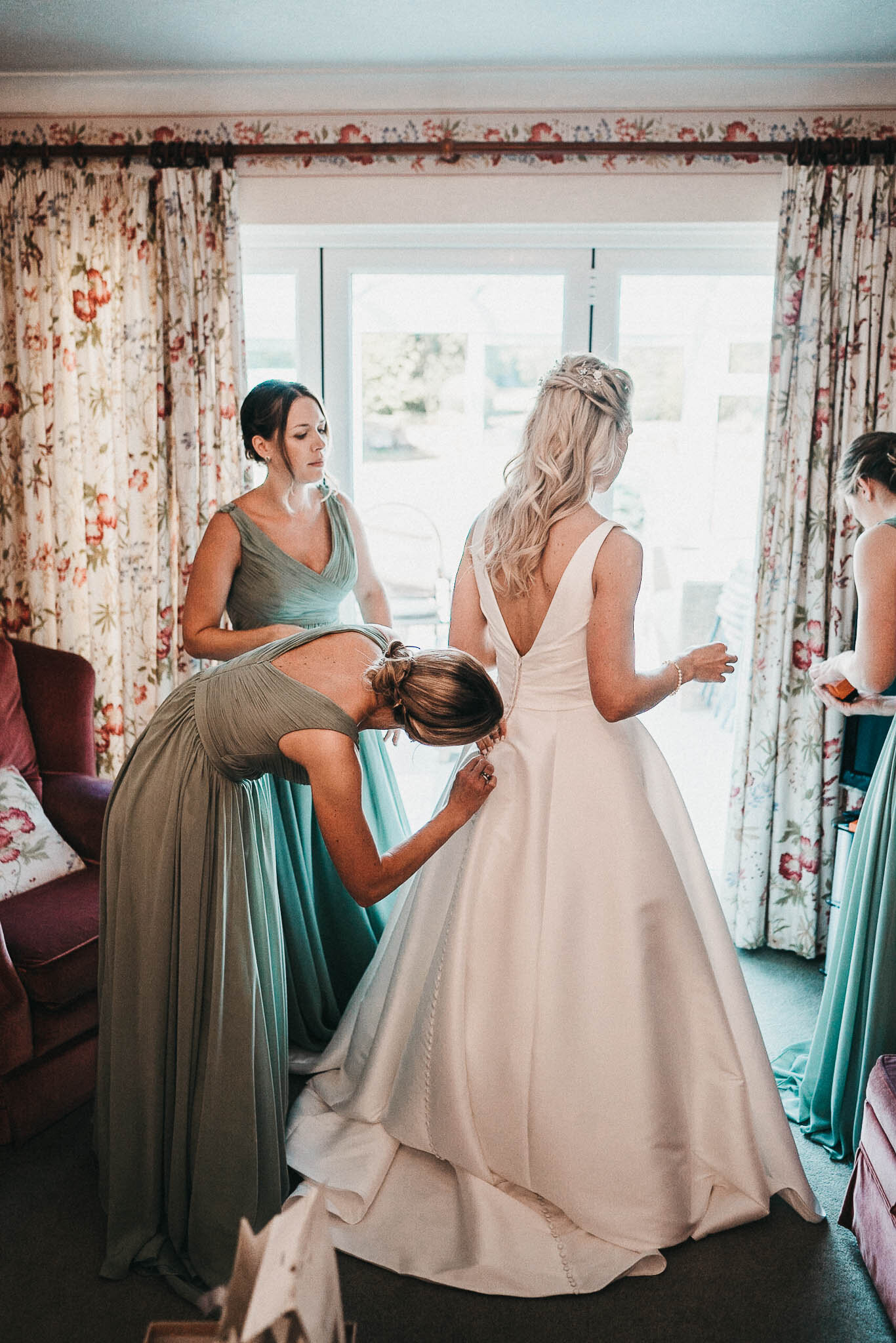 bride-and-bridesmaids-before-ceremony