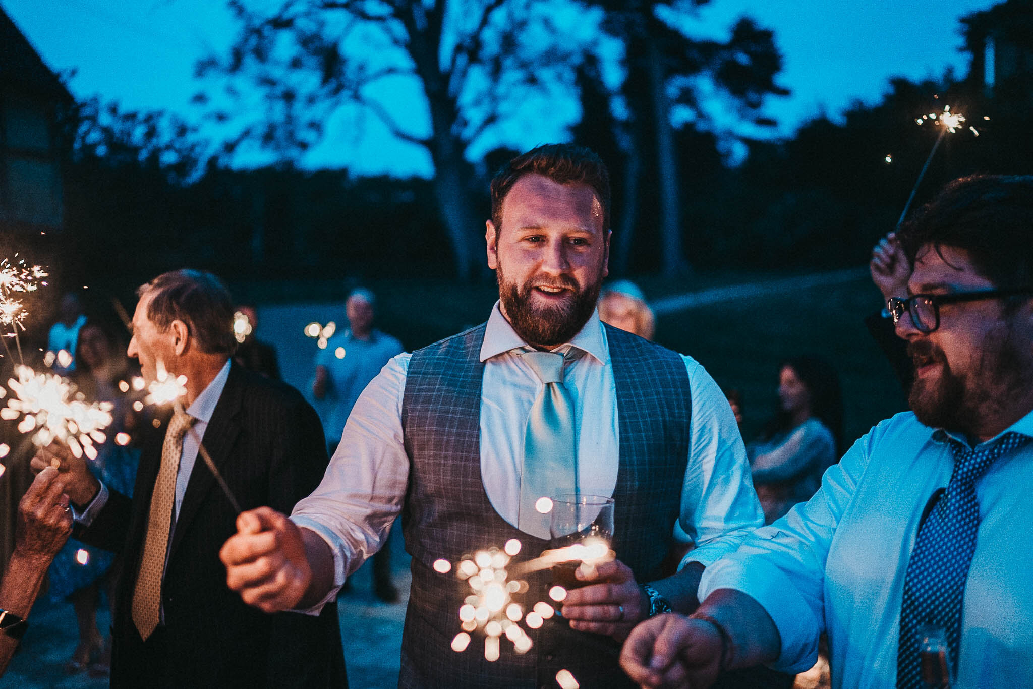sparkler-pictures-at-weddings