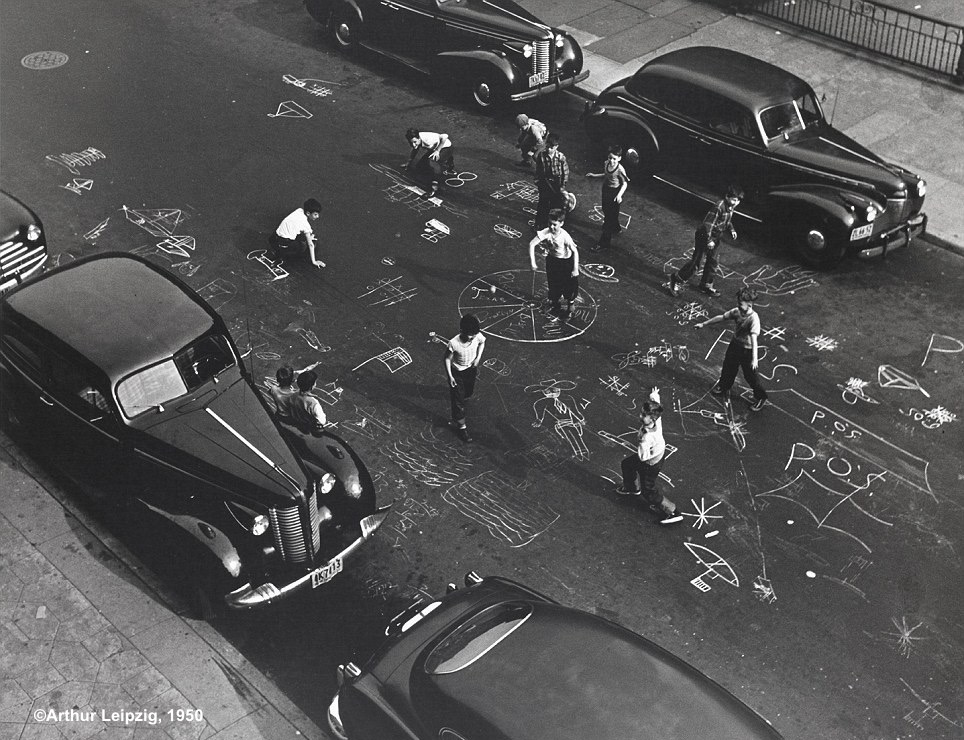 """Arthur Leipzig, """"Chalk games,"""" Brooklyn, 1950. Arthur Leipzig, www.arthurleipzig.com"""