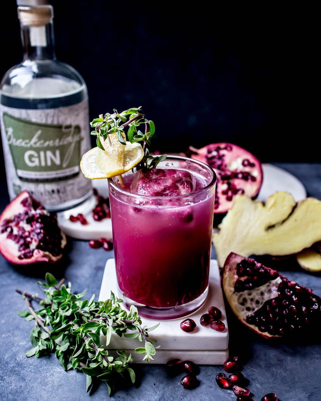 Our partner, @c.r.a.v.i.n.g.s Is a master of cocktails. Check out this light and refreshing drink, perfect for entertaining this holiday season! . . Pomegranate Gin(ger) Fizz