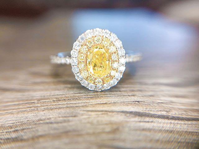 Good morning sunshine ☀️ #yellowdiamond #engagement💍 #engagementring #wedding
