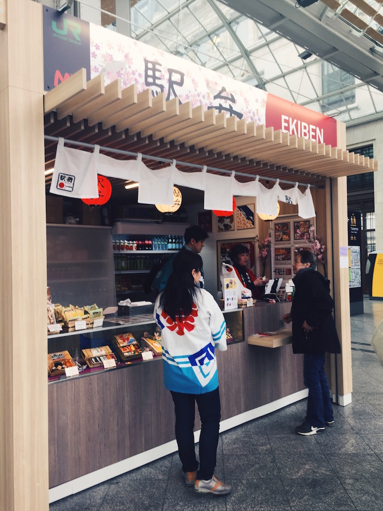 Suasana yang ramah dengan chit chat bahasa Jepang