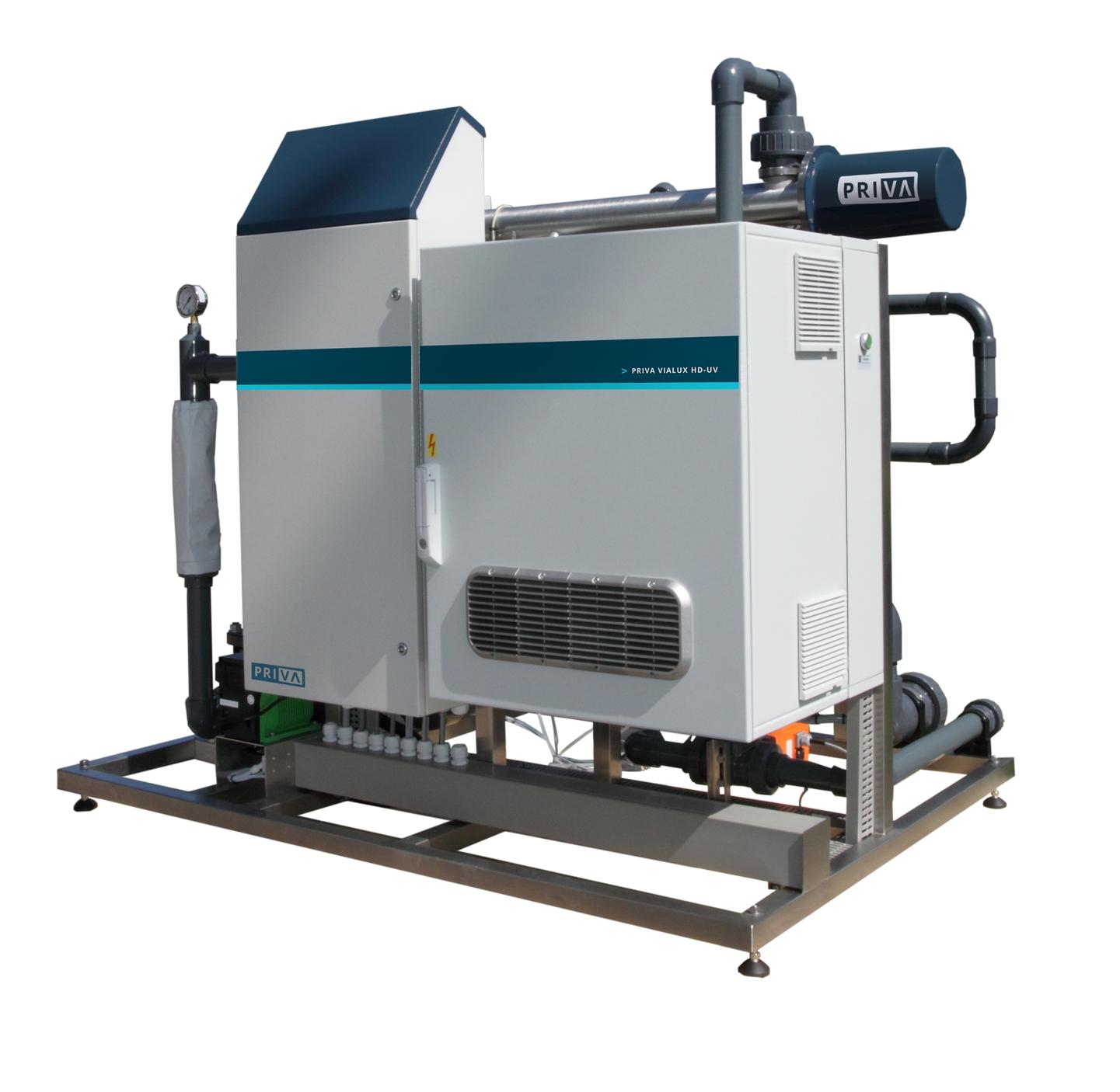PRIVA Vialux-Line - Niedroga dezynfekcja wody światłem UV dla każdej firmy ogrodniczej: to właśnie oznacza Priva Vialux-Line. Dzięki dezynfekcji UV można osiągnąć znaczną poprawę w zakresie kontroli chorób i efektywnego zużycia wody. Woda wyładowcza może być bezpiecznie traktowana. Linia Vialux jest łatwa w obsłudze, oferuje jasny wgląd i jest gotowa na przyszłość. Systemy są certyfikowane i zapewniają 99,9% dezynfekcji i co najmniej 95% degradacji środków ochrony roślin.