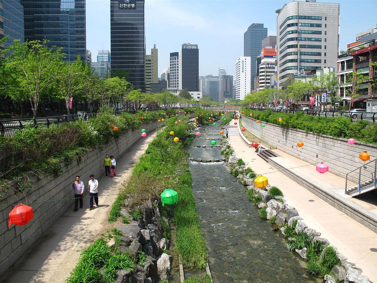 Parque linear com recuperação do rio Cheonggeyechon em Seoul, Coréia do Sul. Foto de Ken Eckert. Fonte: wikimedia commons