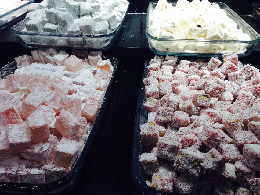Lokum  (türkische Erfindung)   ...ist eine weich-klebrige, transparente Süssigkeit auf Basis eines Sirups aus gelierter Stärke und Zucker. Diese Masse wird stundenlang gekocht und danach stehen gelassen bis sie fest ist.  Nach dem schneiden werden die Stücke in Puderzucker oder Kokosraspel gewälzt um das kleben zu verhindern.  Aroma-Varianten gibt es unzählige, wie Orangenblütenwasser, pürierte Aprikosen, die Beigabe gehackter Nüsse oder Zitronensaft und so weiter...  Meine Liebsten sind: Granatapfel und Rosenwasser.