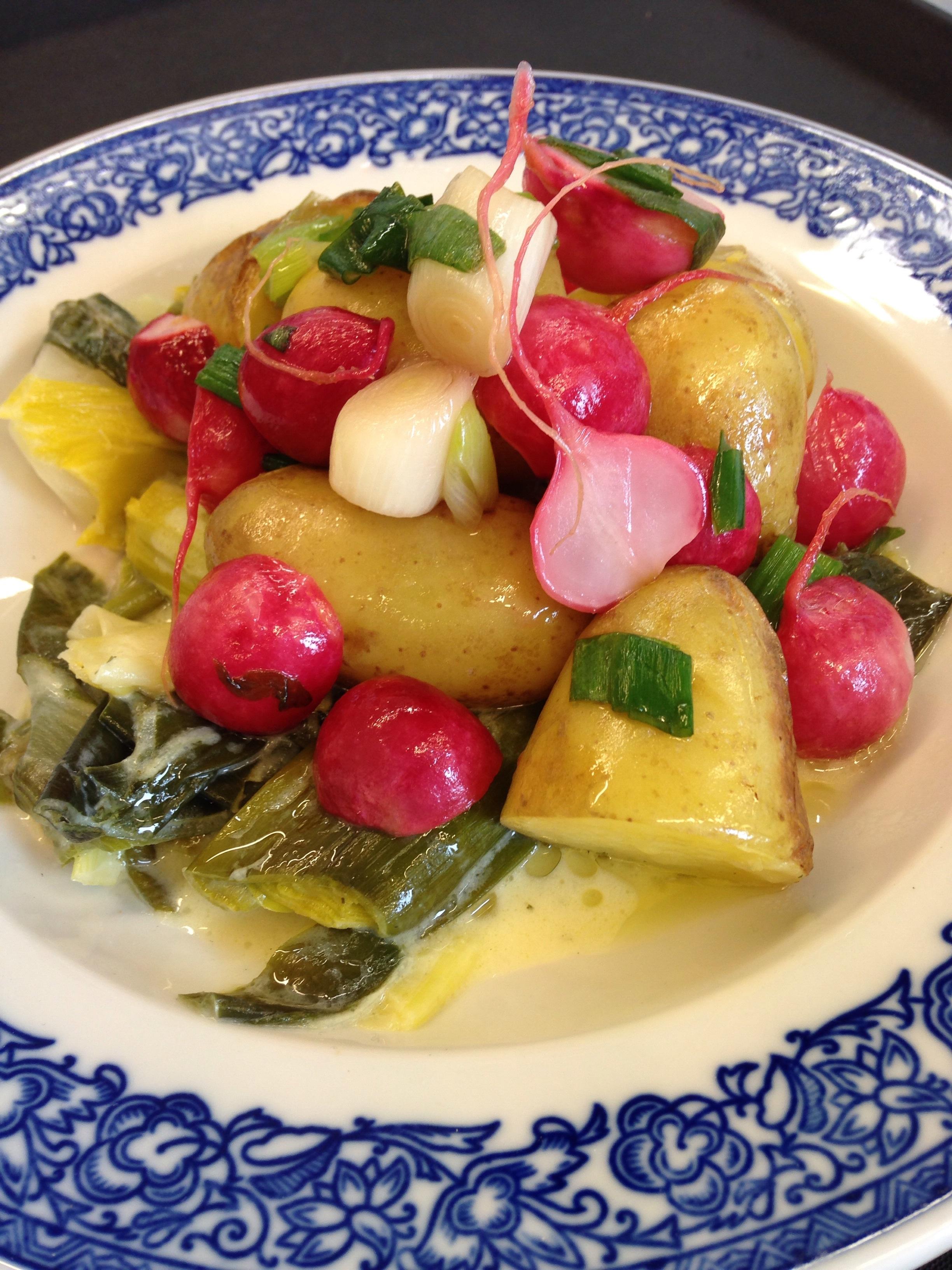 Kohlrabi Lauch-Pfanne, Ofenkartoffeln und süss-saures Radieschengemüse