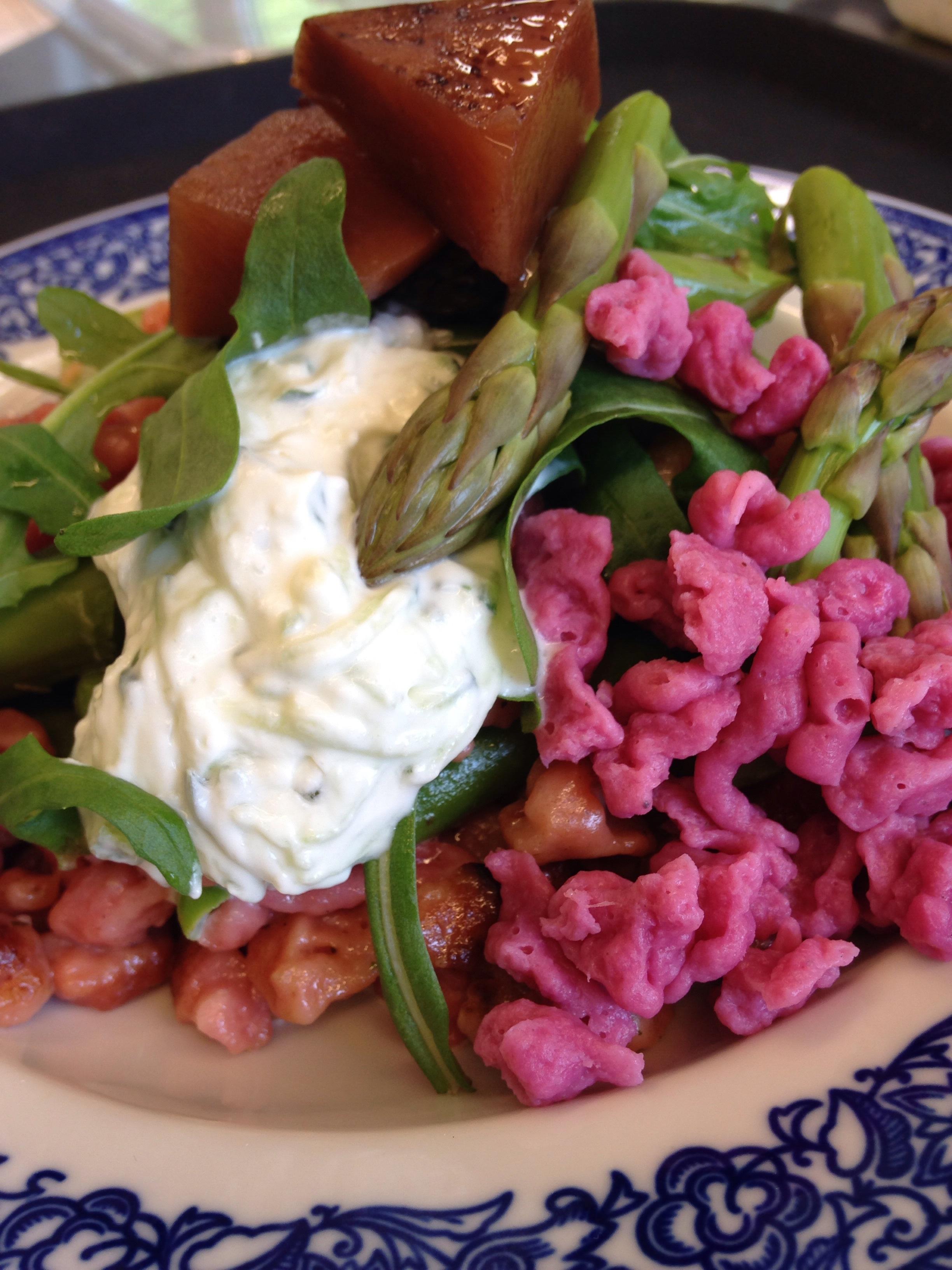 Pinke Spätzli mit grünen Spargeln, Tzatziki und Kürbispickles