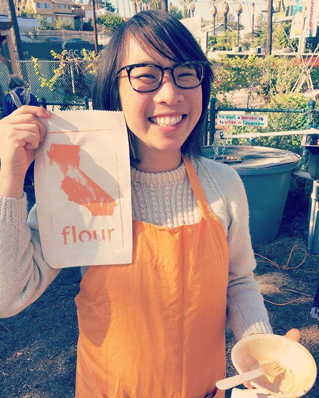See this lady right here?? Farmer Mai Nguyen is one of my sheroes. When she's not hawking grain in Los Angeles (and distributing it in homemade flour sacks) she's tilling her soil with horses to keep fossil fuels out of your breakfast.  Do you guys realize how few small farmers are left in this country? We need every last one. I adore all of my intrepid farm chums and am dreaming of us all thriving together and collaborating to give the eaterz and the planet and the growers what they need. Thank you small farms on behalf of all the earth dwellers for your good work I *think* we can get there🙏🏽