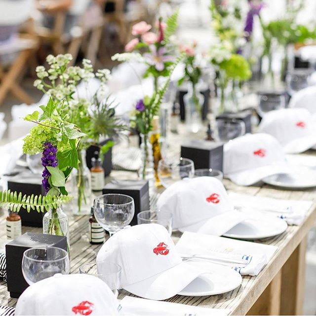 Gorgeous tablescape. 🍽🦞 #rp @duryeaslobsterdeck . . #duryeas #lobster #hat #labordayweekend #headwear #tablescape #lobsterroll #oysters #duryeaslobsterdeck #montauk #laborday #foodporn #hamptons #eastend #li #dining  #bongiornobrand #seafood #summer #hats