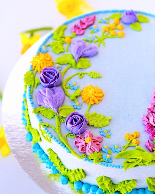 Spring is on its way soon (we hope😅), so I was feeling a little inspired to make a spring cake with all of the colours I'm looking forward to seeing! I was recently looking at Pinterest and saw a garden full of lupins, which is where I got the idea for this cake. I wanted to try piping most of the flowers directly on to the cake, which is risky, but I think it turned out pretty okay!😊🌷🌱. As always, this raw cake is vegan, made without refined sugars or gluten, and filled with strawberry, vanilla, and lemon cashew cheesecake. Sooo bring on spring, we're ready for it!!😊🌷🍰🌱💕🌞 . . . #raw #rawvegan #rawfood #vegan #veganskt #veganfoodporn #veganfood #vegetariskt #gott #fika #bakverk #tårta #nyttigt #rawcake #cakedecorating #foodporn #organic #ekologiskt #glutenfritt #glutenfree #halmstad #destinationhalmstad #thrivemags @thrivemags #rawnice #vår #floralcake #plantbased #vegomagasinet #rawcakevibes @rawcakevibes @koket.se #köket.se @vegomagasinet #vegomagasinet