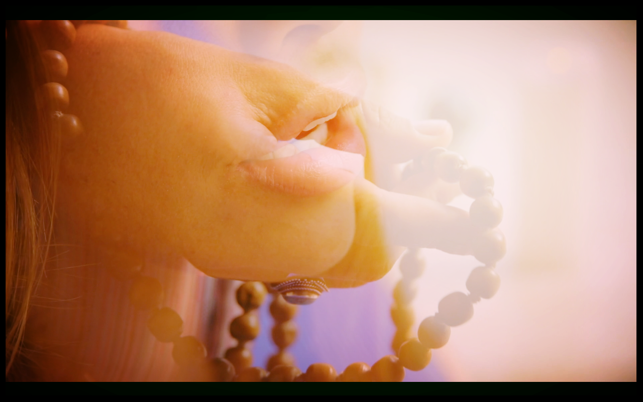 La Meditación Trascendental - Es una práctica que implica repetir un mantra por una cierta cantidad de tiempo. Al igual que el rosario, las cuentas de mandala funcionan de la misma manera al contar cuántas veces repites el mantra. Asegúrese de sentirse cómodo y, mientras sostiene las cuentas, sienta entre el dedo medio y el pulgar.