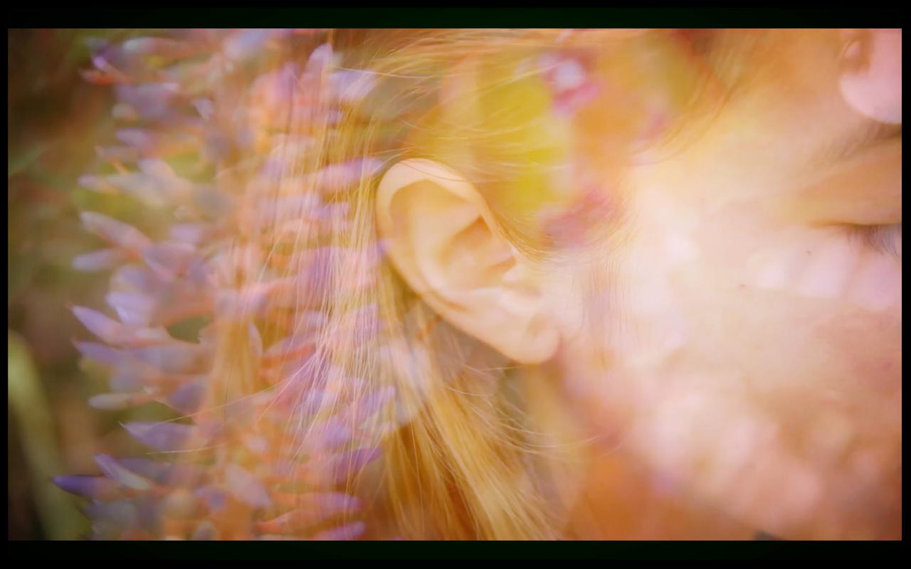 La Meditación de Escuchar - Es una técnica en la que escuchas todos los sonidos de tu ambiente. Puedes hacer esto con tu ojo abierto o cerrado. El objetivo en la meditación es mantenerse alerta y consciente de su entorno. Me encanta hacer esta meditación en un parque, la playa o en cualquier lugar de la naturaleza. Trate de minimizar la contaminación acústica de la ciudad.