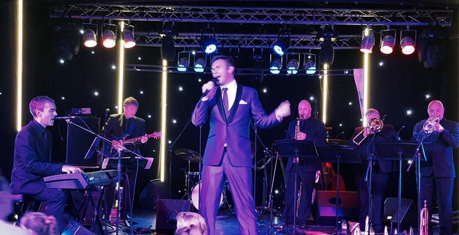 Pete performing as Musical Director for Jonathan Wilkes in 2015.