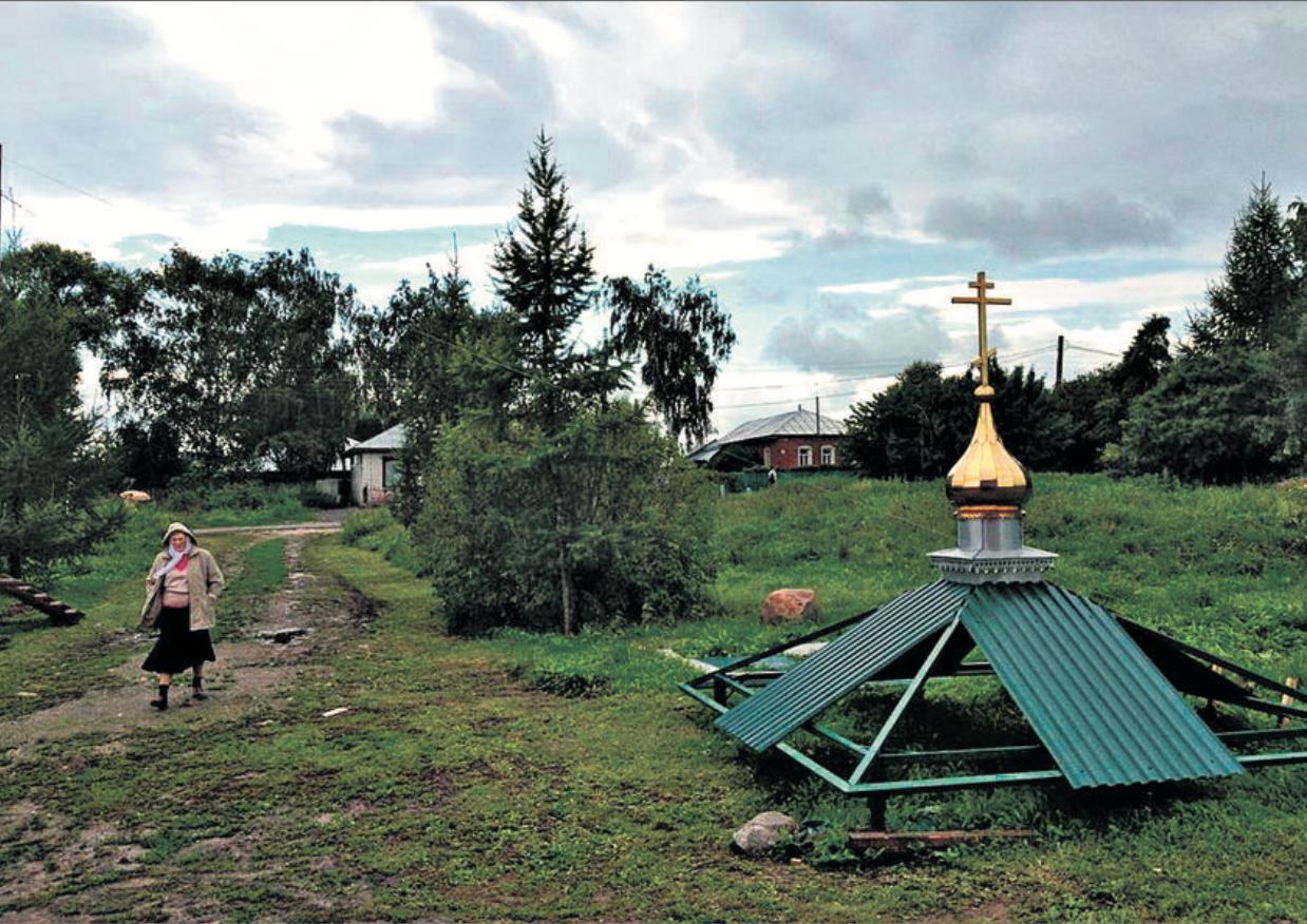 Le clocher du village de Gavrilovskoe est en réparation.                            © c.lovey