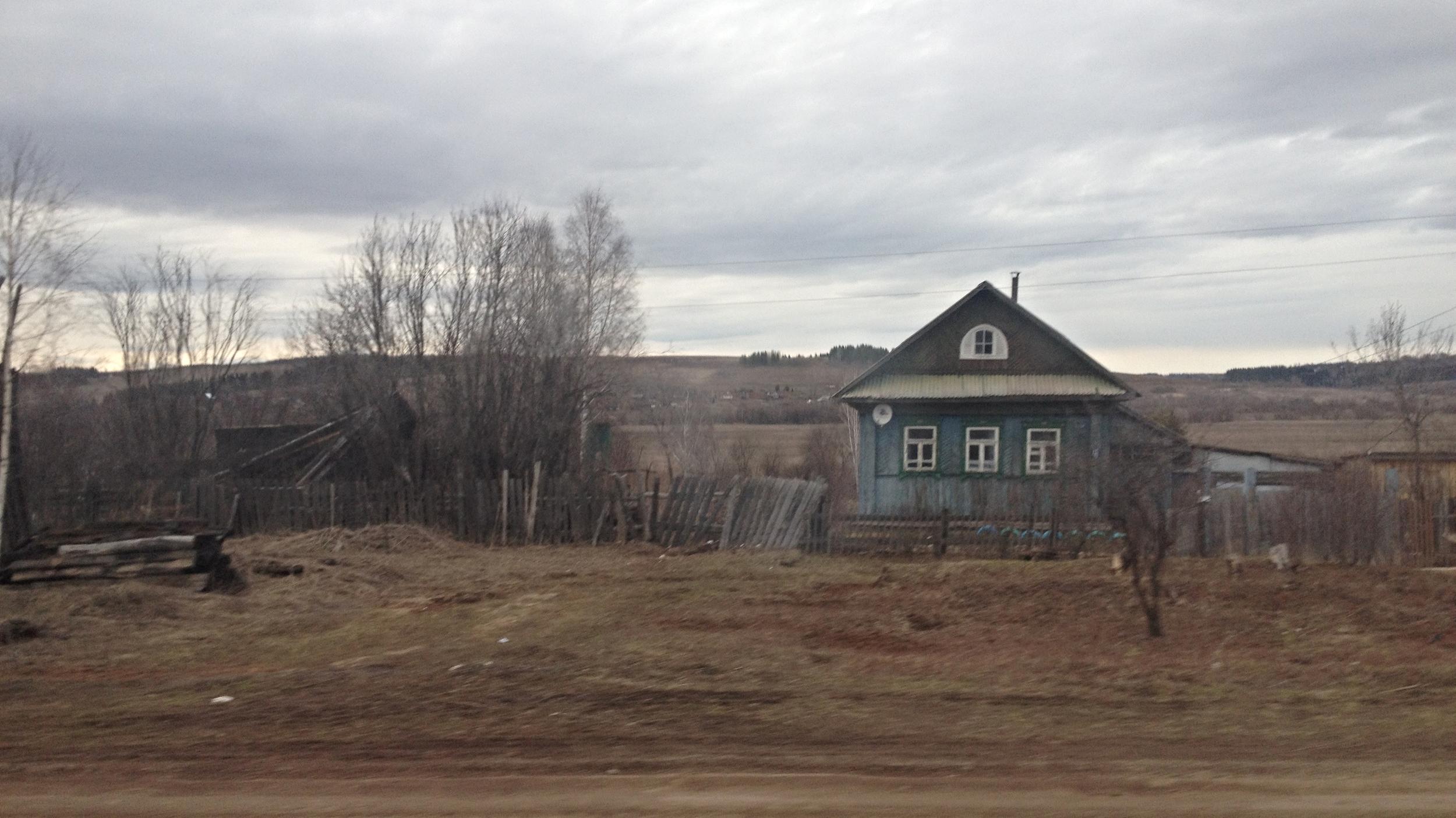 Depuis le train, le paysage défile à une allure compatible avec l'idée du voyage. Région de Perm, avril 2014. © c.lovey