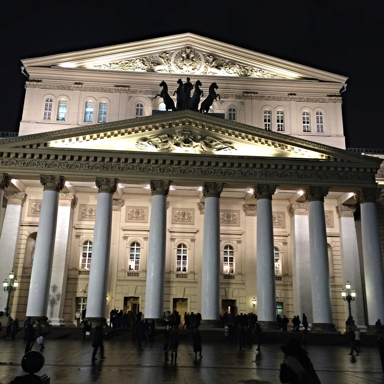 Devant le théâtre Bolchoï, vendredi 20 novembre 2015.