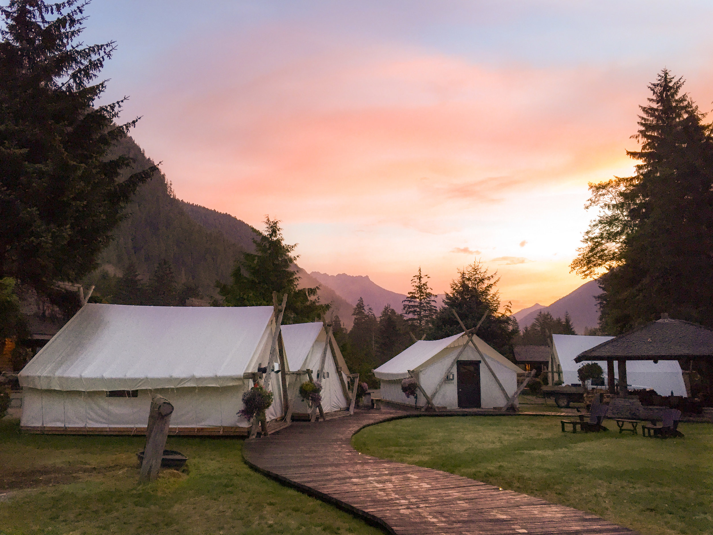 Dawn over the resort tents – Source Claudia Laroye