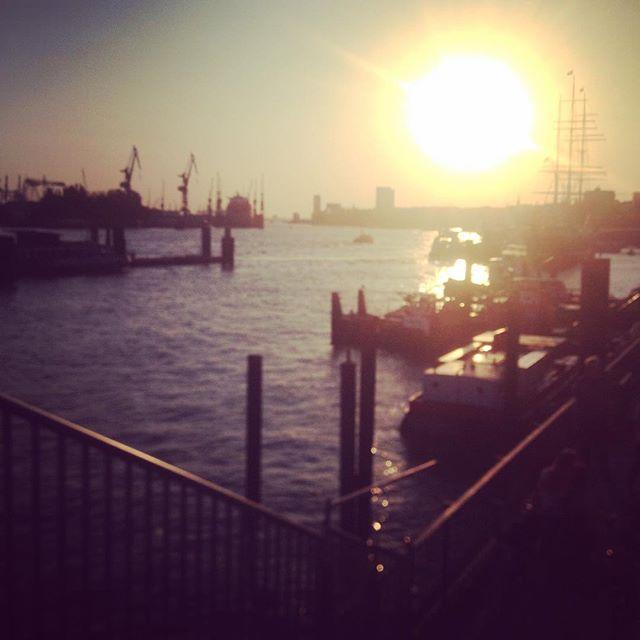 Hamburg du gefällst mir. Schön war's hier. Wie Stuttgart, nur mehr Wasser. #hamburg #landungsbrücken
