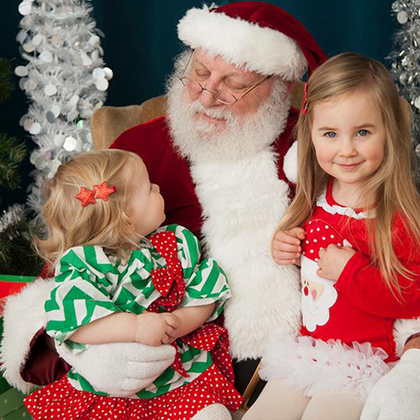 Santa with two sisters in Seattle for holiday photo