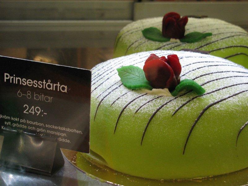 Этот торт обычно покупают на День рождения, и имениннику достается кусочекс розочкой