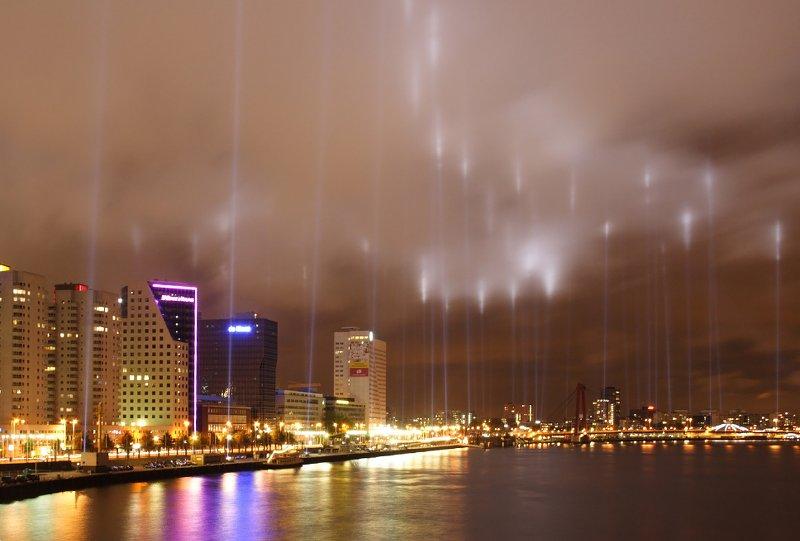 Подсветка города впамять бомбардировке Роттердама. Источник: 1*
