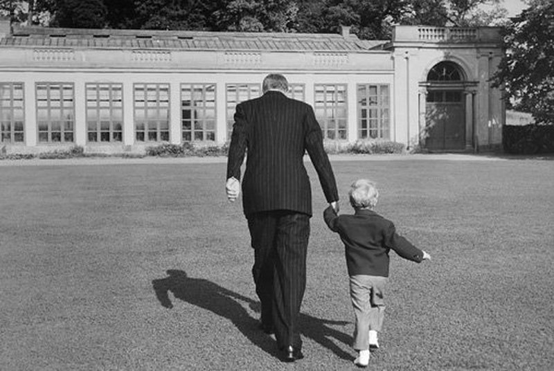 Ульриксдаль 1950. Король Густав VI Адольф с кронпринцем Карлом Густавом по пути в оранжерею. Источник: 4*