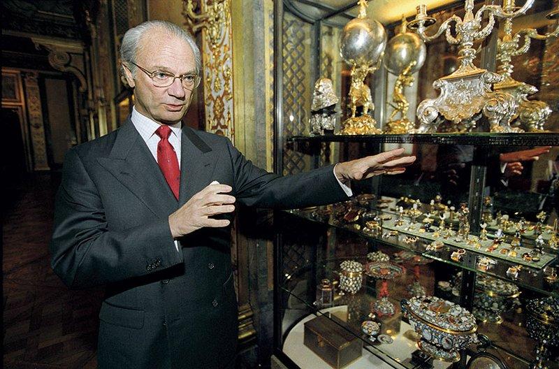 Сам корольпоказывает и рассказывает о некоторых экспонатах в Галерее Карла XI. Источник:wordpress2.lrfmedia. se