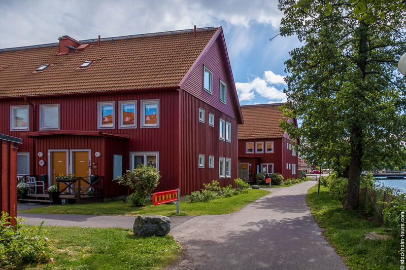 А это уже совсем новые дома, но выполненные на традиционный шведский лад