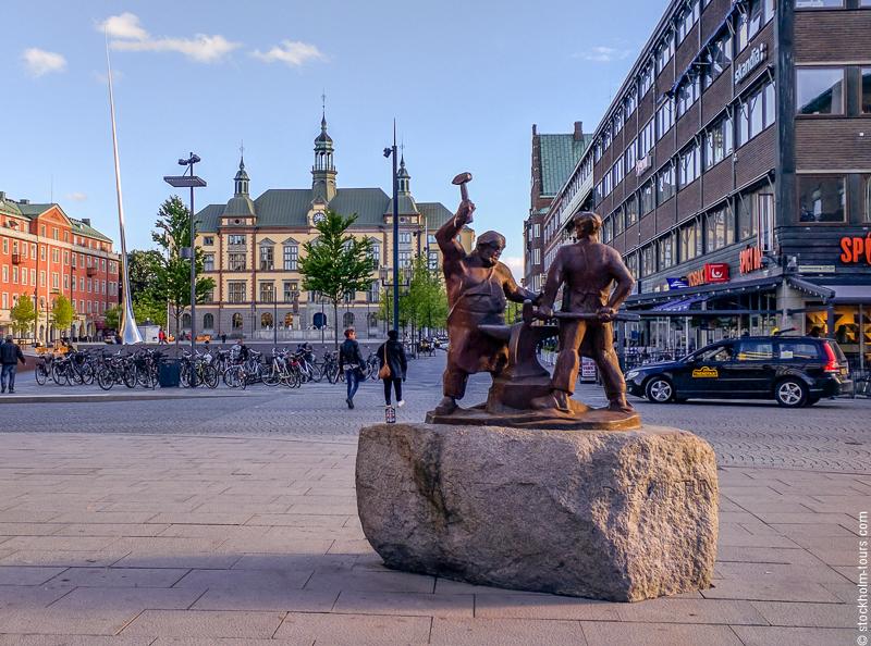Памятник кузнецам на Фристадстори в Эскильстуне