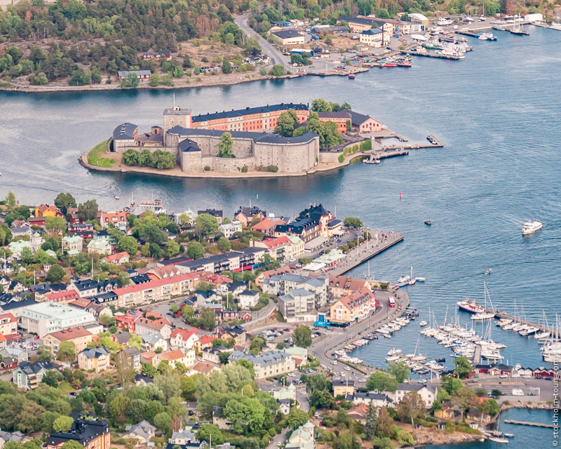 8_Vaxholm from helicopter_Stockholms archipelago_Stockholm helicopter tour_Стокгольм с вертолёта_Стокгольм с высоты птичьего полёта_Stockolm Mania_гид по Стокгольму.jpg