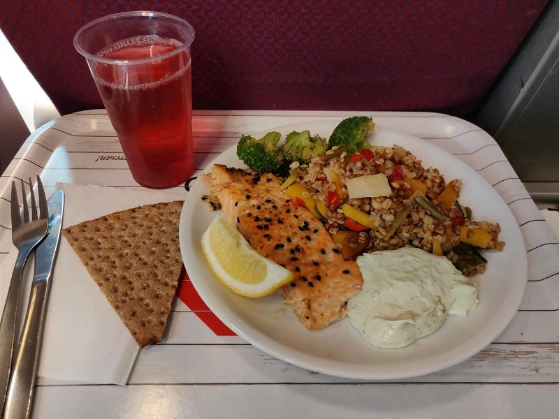 4_чем кормят на пароме до Висбю лосось, шведская национальная кухня, хлеб кнэкебрёд.jpg