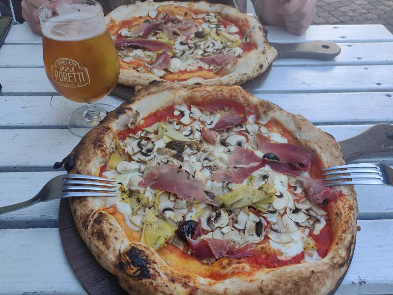 Наши красные пиццы с готландским пивом, конечно