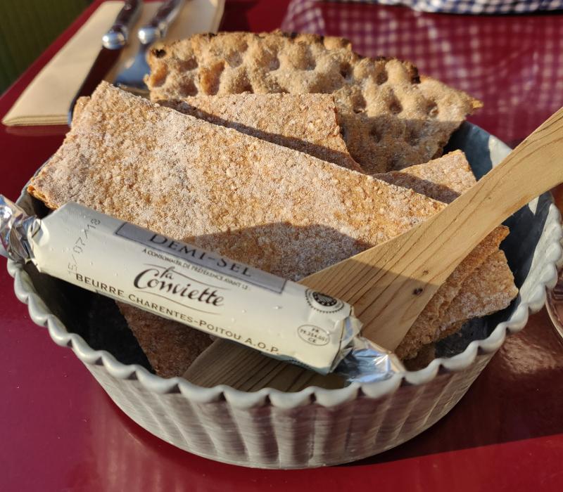Масло и традиционный шведский хлеб knäckebröd